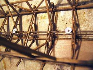 Ein Blick ins Innenleben! Alle elektrischen Drähte, die noch nicht einmal isoliert sind, sind so geführt, dass man von oben nichts sehen kann. Sogar dort nicht, wo das Dach frei ist und auch frei bleibt, so dass man durch das Gebälk hindurchschauen kann.