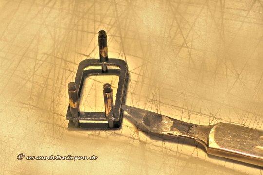 Im Bild die Darstellung, wie die eingesetzten Bälge mit kleinsten Tropfen Sekundenkleber innen an die Metallrahmen angeklebt werden.