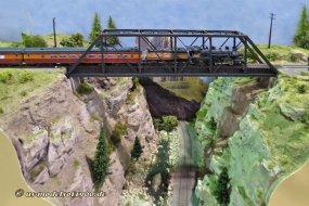 Züge auf der Brücke - ein immer wieder beliebtes Motiv für Hobby-Fotografen, und ganz offensichtlich nicht nur in der realen Welt.