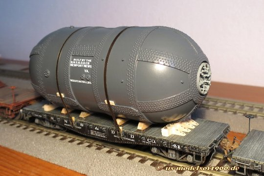 Der letzte Handgriff, die Ladungssicherung ist ergänzt, nun ist der Behälter auch in Fahrtrichtung gesichert!