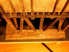 ... und unten an der Bekohlungsplattform. Man beachte die 'Bauklammern', mit denen ich die Teile in Position halte.