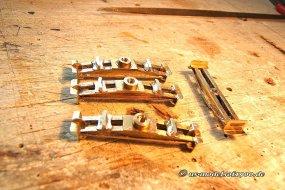 Insgesamt sind es nicht ganz wenige Beschlagteile aus Metall, allesamt selbst anzufertigen! Die Frame-bolster, das waren die schwierigsten!