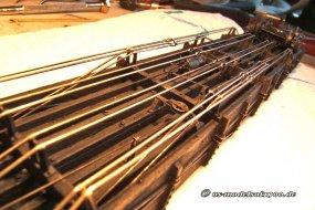 Zwölf von insgesamt 16 Spanneisen sind unter den Rahmen gezogen, da ist von der Bremse schon fast nichts mehr zu sehen.