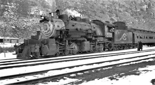 Denver & Salt Lake no. 200 - fotografiert in Hot Sulphur, Colorado im Jahr 1941 von Joseph Schick. Auch wenn diese Lok nicht die größte ist, aber bullig und kraftvoll sieht sie schon aus!