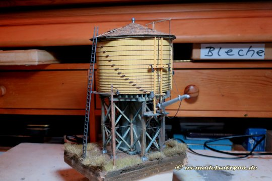 Fertig und um drei Dinge ergänzt - Den Hebelmechanismus für das Wasserventil übers Dach, die Lampe am hohen Mast und die bisher stets nur temporär angesetzte Leiter.