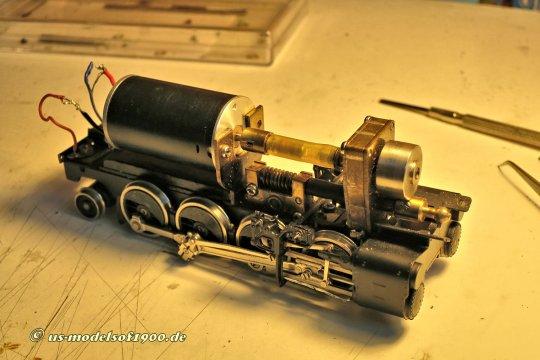 Das vordere Triebwerk, es bestätigt sich eigentlich der wenig korrekte Zustand. Die Anschlusskabel zu Motor mit langen offenen Partien, der Motor nur mit einer Schraube befestigt! Einfach nur liederliche Arbeit!