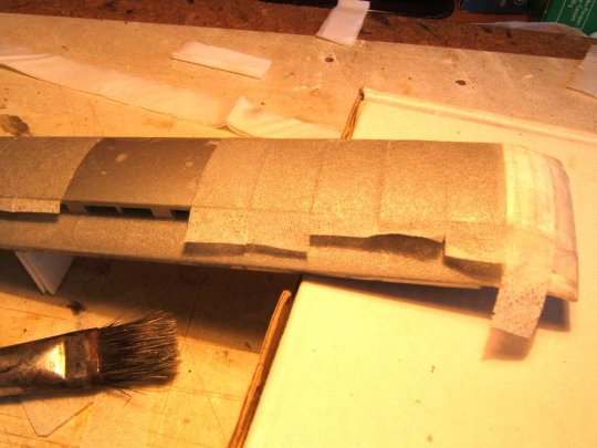 Schließlich was ganz Spezielles - Dachpappe auf des ansonsten kahle Plastikdach. Was würden Sie dazu verwenden? Ich habe die einzelnen Lagen von Papiertaschentüchern benutzt. (Ist aber nicht meine Idee.)