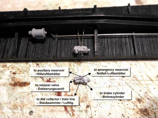 Die fünf Anschlüsse am triple-valve. Man sollte sie eigentlich alle mit den Luftleitungen nutzen. Hier am Modell sind die zwei Leitungen zu den beiden Kammern des Luftbehälters schon montiert.