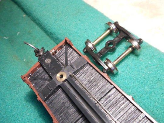 Ein ganz einfacher Anfang - eines der Drehgestelle erhält eine erhöhte Auflage am Drehpunkt - und das kann damit frei kippeln. Natürlich muss die Kupplungshöhe beachtet werden!