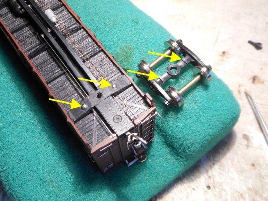 Am anderen Ende des Modells erhält das frame bolster zwei seitliche Auflagepunkte, auf denen das Drehgestell gleiten kann. Fertig!