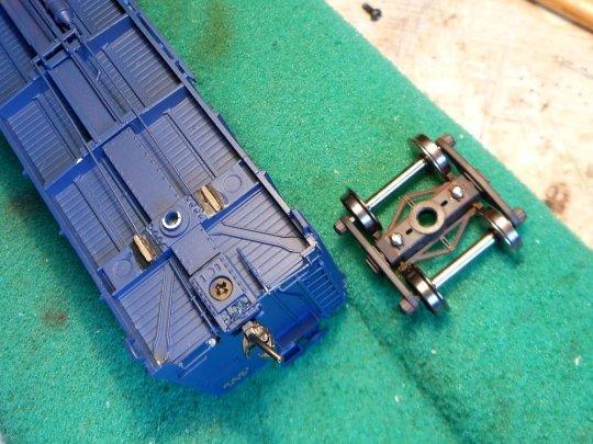 Die umgekehrte Variante - das frame bolster erhält Gleitschienen und das Drehgestell bekommt zwei zusätzliche Auflagepunkte.