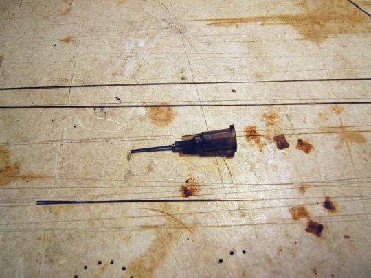 Das Material: Injektionskanülen, Draht für die Spannstangen und etwas Stahldraht - alles mit dem gleichen (Innen-) Durchmesser.