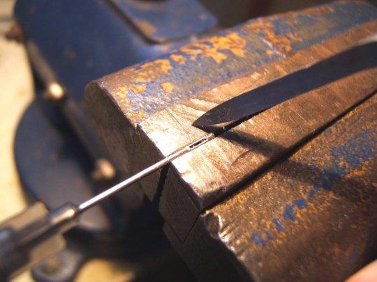 Das Ganze genau auf der gegenüberliegenden Seite der Kanüle wiederholen und die Durchbrüche entgraten. Da unsere Kanülen 'Flügel' am Kegelkopf besitzen, kann man die Kanülen gut um 180 Grad gedreht fassen und fixieren.