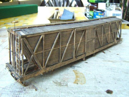 Die erste Kolorierung mit Farbe und viel Lösungsmittel, das tief ins Holz eindringt und nicht wieder zu entfernen ist.