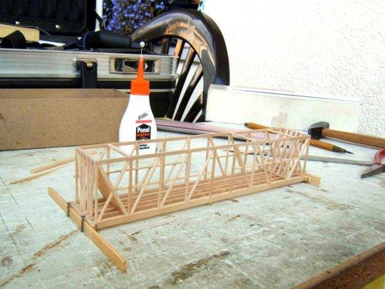 Kleben und Abbinden unter Druck bei der Arbeit mit Holzkaltleim. Und wenn es gelegentlich auch nur Nägel in einer Arbeitsplatte sind, die die Konstruktion vorübergehend fixieren!