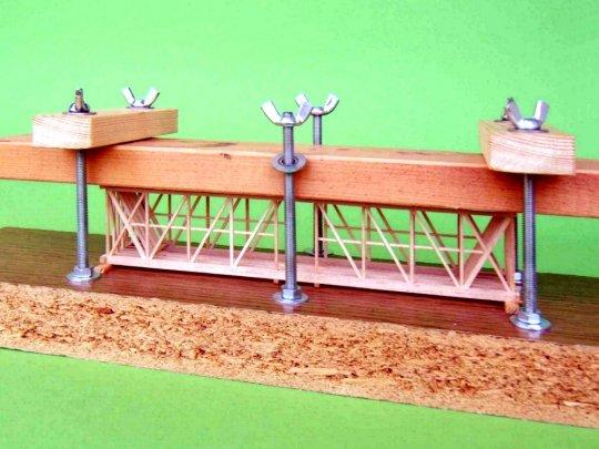 Benutzung einer Press- und Spannvorrichtung, um größere Teile unter Druck zu halten oder Verformungen und Biegungen zu erreichen.