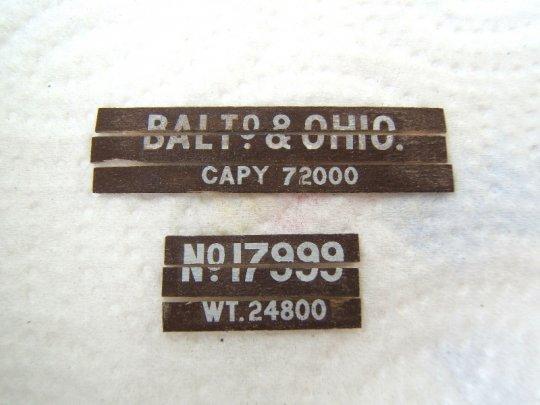 Und so sieht es dann aus. Beschriftungbretter, die gemeinsam lackiert und beschriftet und schließlich wieder zu Einzelteilen gebrochen wurden.