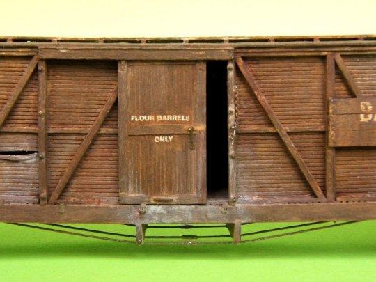 Ach so, wofür war doch dieser sehr spezielle Wagen mit seinen schrägen Enden? Natürlich, Mehl (in Fässern) - steht ja an der Tür! Genau so, wie es damals um 1870 üblich war.