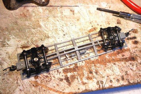 Und mit dem Bremsgestänge ist der Rahmen mit all seinen Teilen auch schon fertig, wenn man von klitzekleinen Teilen mal absieht, die erst zum Schluss montiert werden können.