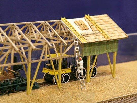 Das ist die Auffstellung im Museum mit den ''ganz seltenen und wertvollen Exponaten'' - zwei Modelle von Bachmann, made in China. Und wie geht es eigentlich mit dem Dach weiter? Gar nicht! Aber dazu lade ich Sie herzlich ein, den Artikel zu lesen!