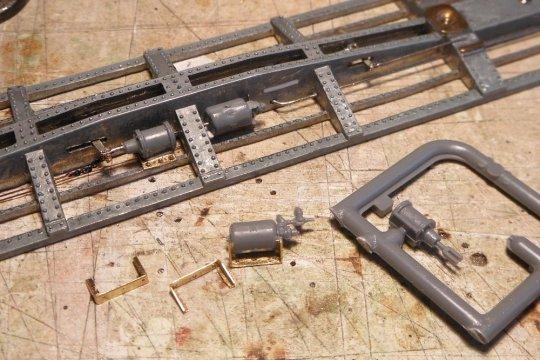 Nach dem ersten Muster entstehen nun die weiteren Teile für die Bremsanlage - friemelige Sockel für die Luftbehälter, wo nun anders als bei meinen Holzwagen hier alles aus Metall sein muss.