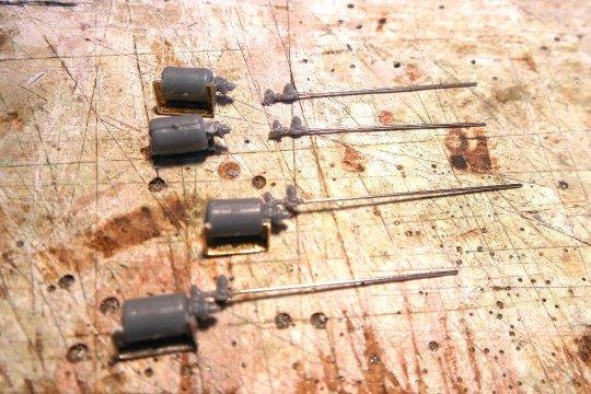 Luftbehälter und Sockel sind zusammengefügt und die Steuerventile haben Anschlussleitungen erhalten, die jedoch mit Staubsammler und Wasserabscheider wieder abgeschnitten werden. Diese Teile sind so empfindlich, dass ich sie erst ganz zum Schluss wieder ankleben kann.