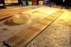 Trotz einzelner Bodenplanken nätürlich eine effizente Verarbeitung im Bündel, das mit Klebeband fixiert wird.