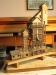 Schluss mit Holzschnipseln für die Dächer! Und auch das letzte ''Gebäude'' ist entstanden, ein Werkzeugschuppen unterhalb des Sandturms. Gefällt der Ihnen? So sieht's zumindest der Bauplan vor.