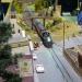 Immer wieder ein interessantes Thema ''street running'' und auch heute noch aktuell, hier die Durchfahrt mit viel Lärm durch Narrow Village.<br> - Eine Szene, die mein Modellbahnfreund Micha Kreiser aus Dresden gebaut hat.