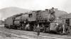 Und so sieht eine der drei Lokomotiven dieses Types aus, wenn sie über Jahre hinweg ihren Dienst versehen hat, schmutzig, staubig, glanzlos und kaum noch eine Beschriftung zu erkennen - ein frei nutzbares Bild nach ''Wikimedia Commons''.