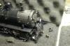 Und diese beide Teile lagen so in der Transportschachtel für die Lok. Hier deutlich zu erkennen, die Rangierertritte ganz erheblich nach hinten verbogen, ...