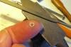 Die Ringe mit dem kleinsten Hammer eben geschlagen und danach mit einer feinen Feile auf die notwendige Stärke reduziert, wobei dies auf der Fingerkuppe am besten geht.