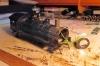 Natürlich mussten ein paar eingelötete Stifte geglättet und sogar der Schornstein innen gekürzt werden, aber so passt der Uhlenbrock bequem und sogar mit Schallkapsel hinein.