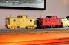 Beide N&W cabooses nebeneinander, so neu, dass der CF class caboose noch nicht einmal Farbe abbekommen hat. Aber der Unterschied ist deutlich, einmal mit einer Beplankung aus Holz, der ander mit Stahl!