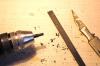 Ein sinnvoller erster Arbeitsgang - ein Zapfen wird gedrechselt, von dem dann alle Teile hergestellt werden. Damit gibt es keine Überschreitung der Abmessungen der Einzelteile.