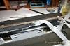 Die Arbeit vom Dachdecker, Teerpappe wird aufgeklebt - wenigstens das, was in Modell als solche gelten soll (eine einzelne Lage von Papiertaschentüchern, aufgeklebt mit Nitro-Verdünnung)