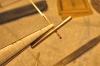 Um ein Rohrstück von 2mm Durchmesser ist die Aufnahme / ein Auge für den Ölbehälter zu biegen. Die Biegung des Blechstreifens sollte dabei an der gleichen Position des Zangenmauls wie zuvor ausgeführt werden, um einen gleichen Abstand für das dritte Auge zu erhalten!