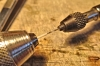 Mit mehreren kurzen Bohrschritten wird bei geringer Drehzahl ein Loch gebohrt, Durchmesser etwa die Hälfte des Rundmaterials. Bei starkem Druck, langen Bohrschritten oder hoher Drehzahl erwärmt sich das Material und verklebt und ergibt keine Röhrchen!