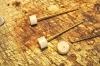 Als nächstes die Lampenschirme. In das weiße oder michig-weiße Polystyrol-Rundmaterial, bei mir die Reste eines Spritzbaumes, ist zunächst ein 1,1 mm Loch halbwegs im Zentrum zu bohren, dann etwa 4 mm lange Stücke abschneiden und diese auf einen Hilfsdorn aus 1mm MS oder Stahl mit Sekundenkleber aufkleben und aushärten lassen. Der Dorn sollte an der Klebestelle etwas aufgeraut sein! Als Matrial für den Lampenschirm könnte auch grob zugeschnittenes Flachmaterial von min. 3 mm Stärke verwendet werden.