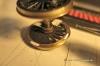 Und dann werden Vertiefungen genau nach Position und Breite der Klebestreifen in den Radreifen gefräst (rechts), die mit Polystyrol-Streifen und Sekundenkleber aufgefüllt und verschliffen werden, links unten. Fertig sind die Triggerpunkte für den Dampfschlag, vorwärts wie rückwärts stets ein bisschen vor dem absoluten Totpunkt der Kolben, die sogenannte Voreilung, ganz wie beim Vorbild.