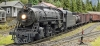 Ein Zug unterwegs und wieder mit seiner großen Dampflok.