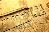Die ersten Handgriffe, die Reste des letzten Klebeversuchs vom Voreigentümer mit irgendeinem Harz müssen entfernt und ein bisschen verputzt und abgeschliffen werden. Da hatte sich in den vergangenen sechzig Jahren viel Patina gebildet.