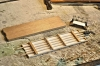 Nach dem Wagenkasten ist natürlich der Rahmen dran und was damit in Verbindung steht. Oben drüber das Stück Holz, das der Hersteller sich als Rahmen vorgestellt hatte. Um 1950 hat man sich ganz augenscheinlich damit zufrieden gegeben, heute natürlich nicht mehr!