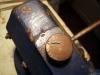 Noch auf dem Stahldraht aufgefädelt mit einer Zange das vorbereitete Spannschloß mehrfach leicht knicken, bis es an der Kerbe abbricht.