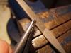 Das Bruchende des Röhrchens, das ein Spannschloß werden soll, gerade und auf die gewünschte Länge feilen, entgraten. Dabei das Rörchen am Besten mit einer Spitz- oder Rundzange am Auge halten!