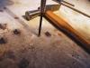 Auf einer nicht zu weichen hölzernen Arbeitsplatte das Auge des Röhrchens mit Schraubendrehern der passenden Größe bei mehrfachen Umdrehen von beiden Seiten auftreiben. Dabei sollte man durchaus mit einem etwas kleinerem Schraubendreher beginnen.